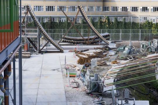 Op de achtergrond zie je de eerste wandbekistingen verschijnen. Deze worden in delen aangevoerd en op de bouwplaats samengesteld. De staalconstructie wordt in elkaar gezet en dan de houten bekisting erop gemonteerd. Rob Glastra Fotografie - Schoonhoven©