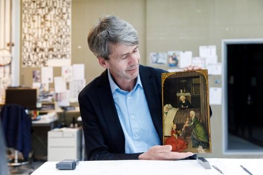 Conservator oude kunst Friso Lammertse met het teruggevonden schilderij. Foto: Aad Hoogendoorn.