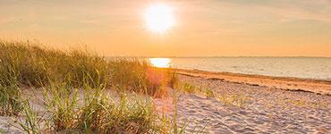 1750 Sonnenstunden im Jahr, endlose Sandstrände, romantische Dünen und mondäne Ortschaften – das alles bietet die Nord- und Ostseeküste seinen Besuchern.