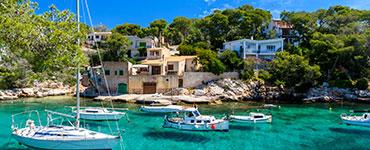 Die spanische Insel hat wesentlich mehr zu bieten, als lange Partymeilen und überfüllte Shopping-Zentren. Idyllische Landschaften, historische Bauwerke und abgeschiedene Strände sind Beispiele dafür, in welchem Licht Mallorca erstrahlen kann.