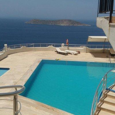 Gümüşlükte Deniz Manzaralı 10 Kişilik Villa