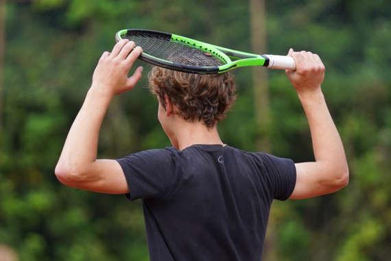 speler-tennisracket-op-hoofd_49213134231_o