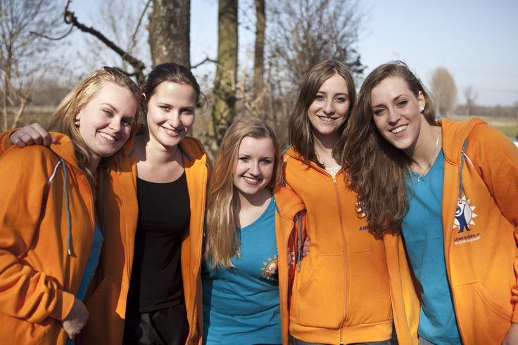 paar meiden in zomerjobs truien