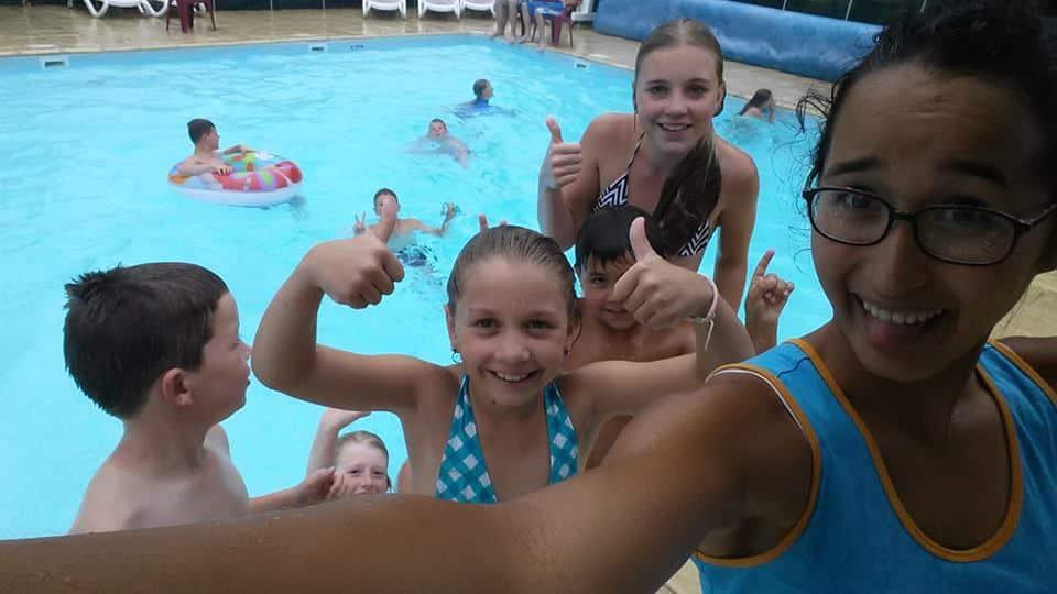 Zaida aan het werk op camping Logis bij het zwembad