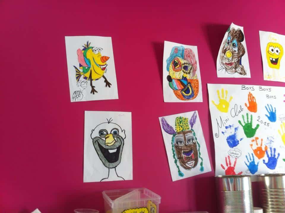 leuke tekeningen van kinderen aan de muur