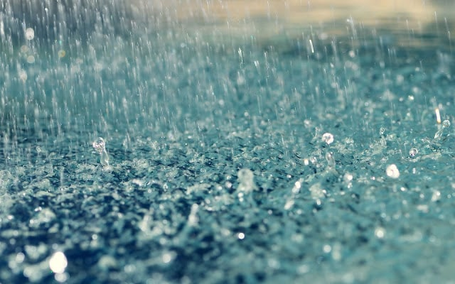 regen plas waterdruppels