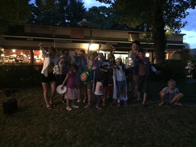 Lampionnenoptocht op de camping in Frankrijk