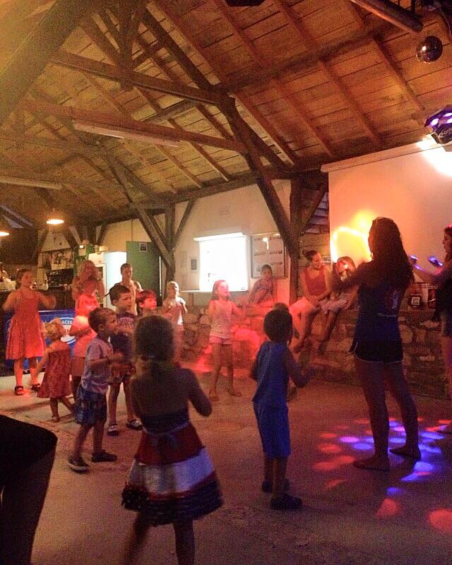 dansen in de bar van de camping