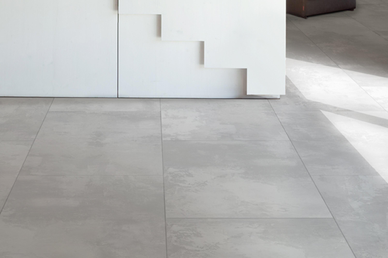 Grijze grote betonlook vloertegels