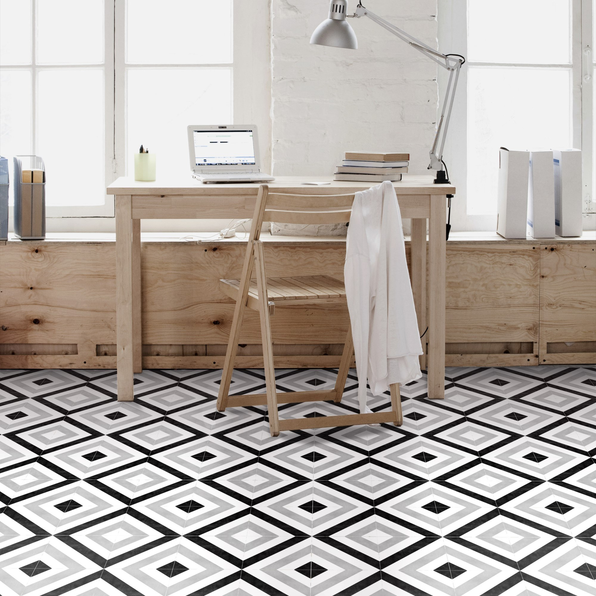 Vloertegel met geometrisch motief in zwart, grijs en wit