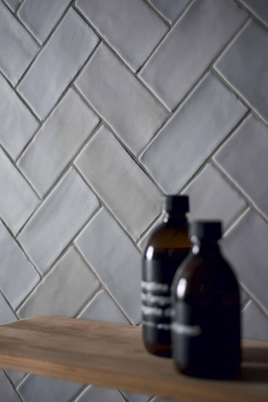 Handvorm visgraat tegels in mat grijs