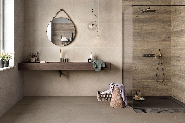 Badkamer met houtlook en zandkleur tegels