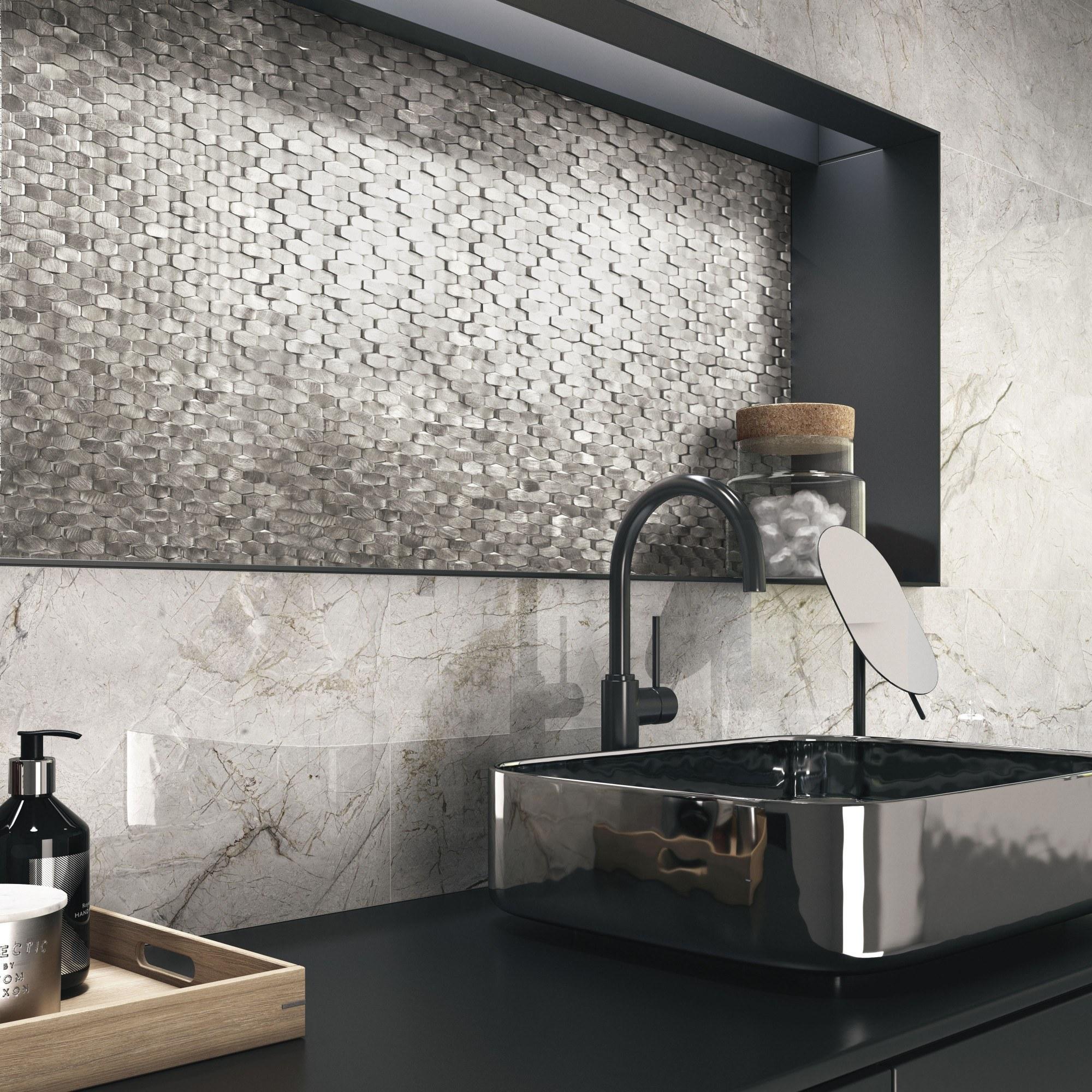Zandkleur marmerlook tegels met metaal mozaïek accenttegels