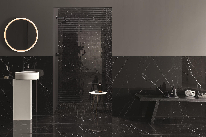 Zwarte marmerlook tegels gecombineerd met bijpassende mozaïek tegels
