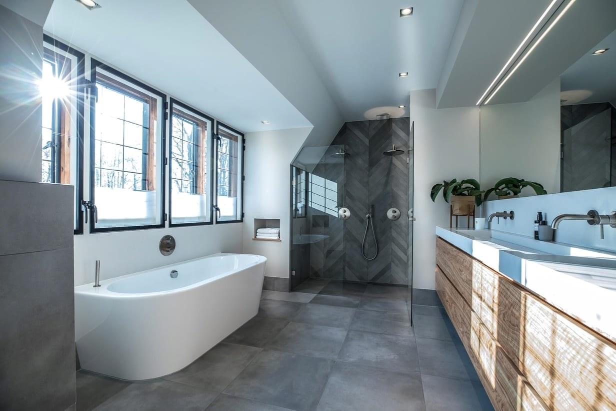 Landelijk stoere badkamer met robuust en luxe design