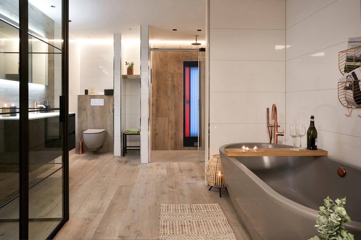 Sfeervolle moderne badkamer met houtlook tegels