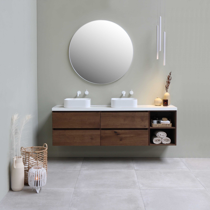 Modern houtlook badmeubel met waskommen en witte kranen
