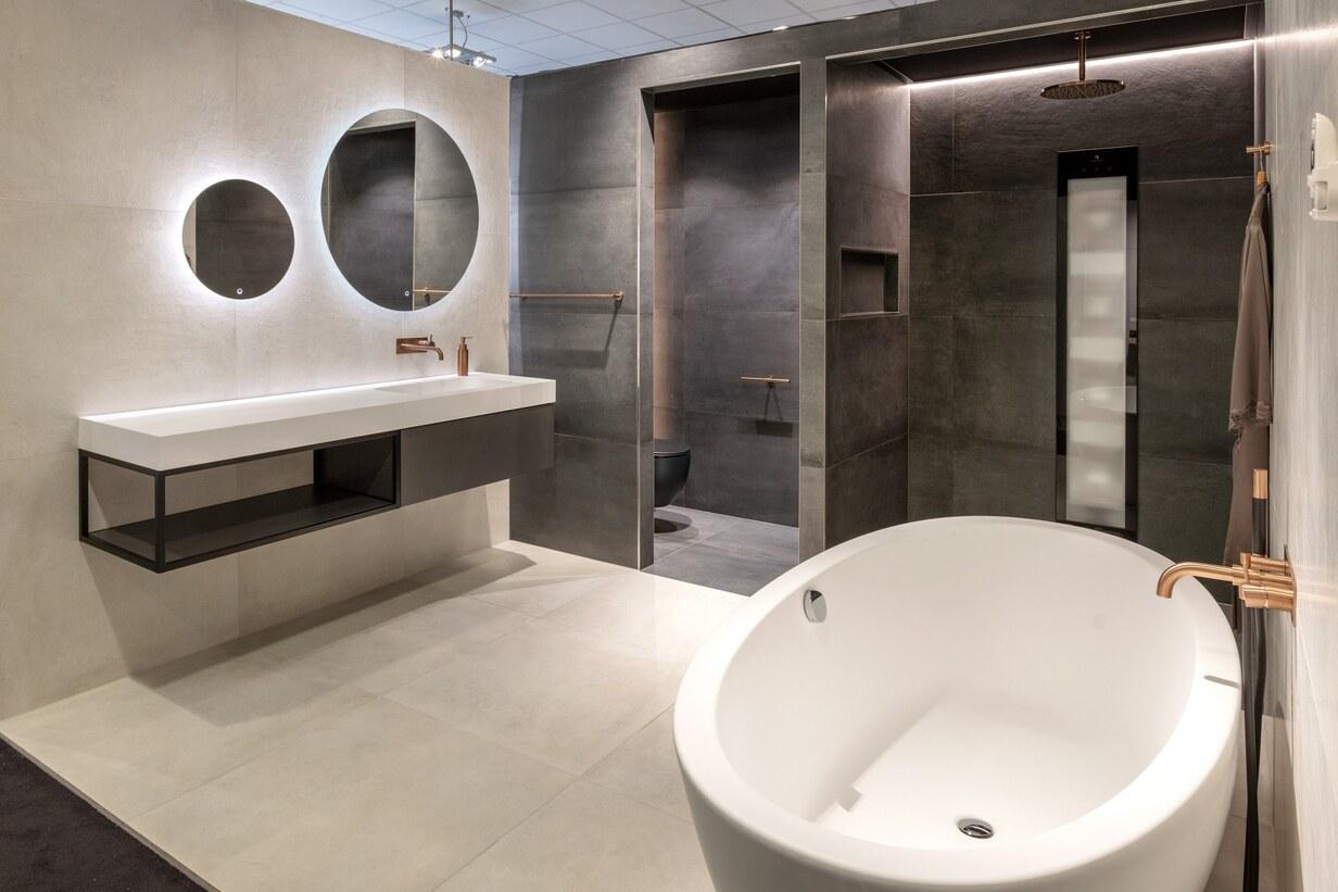 Hotel-chique industriële badkamer met kranen van geborsteld koper