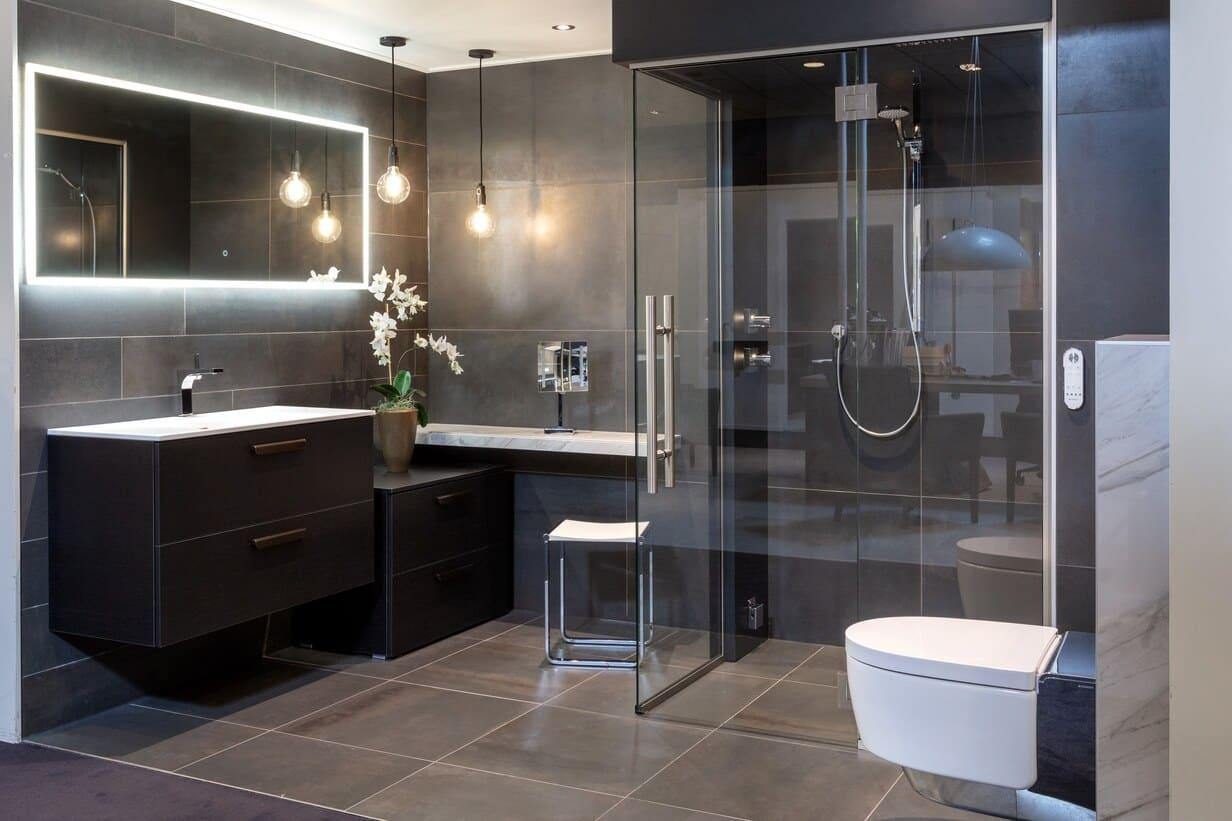 Luxe badkamer met douchecabine en marmer accenten