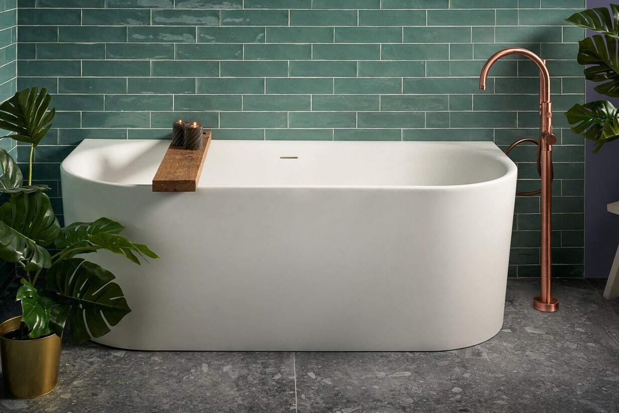 Half vrijstaand bad met badkraan van geborsteld koper