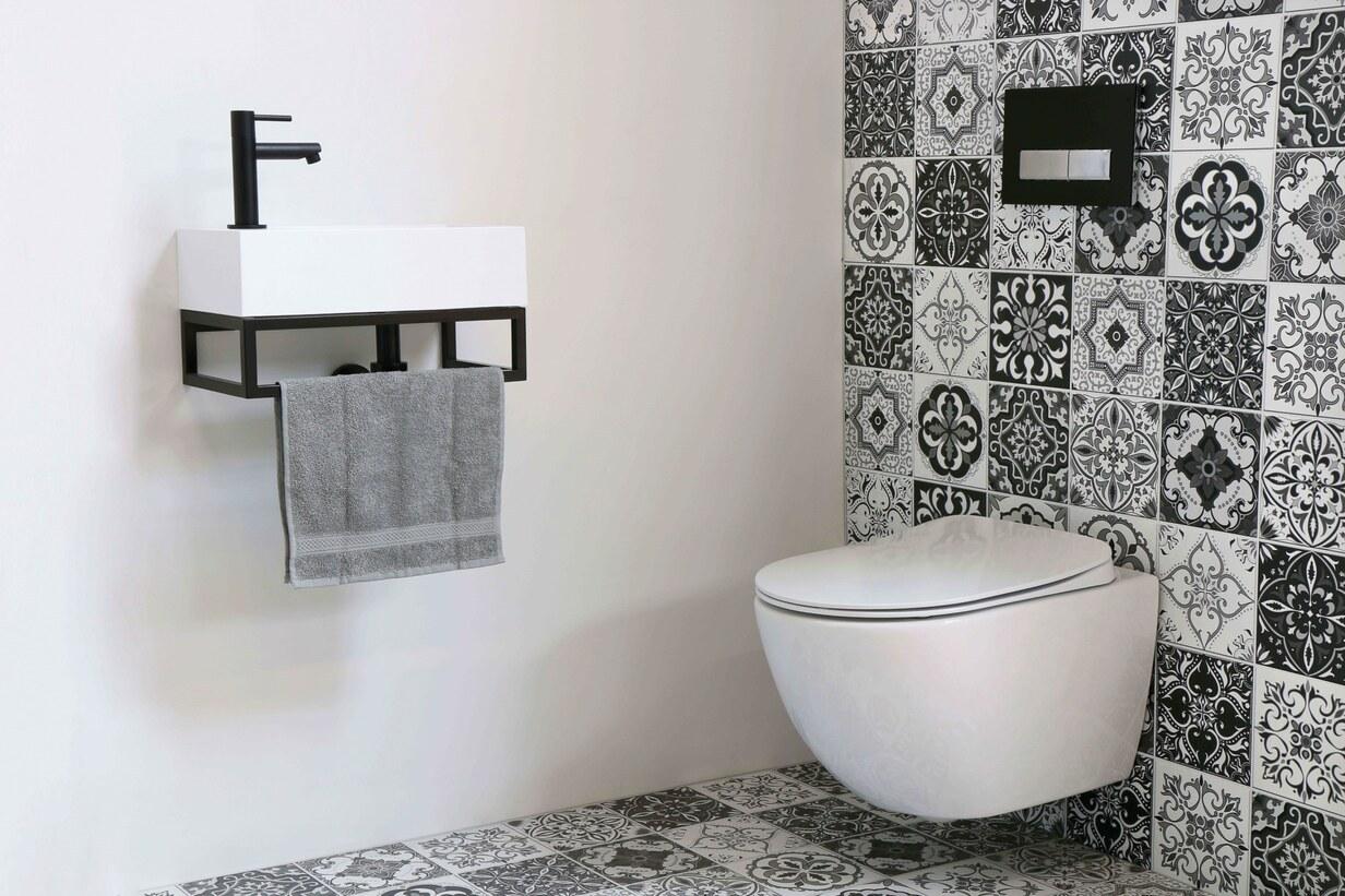Toiletruimte met Portugese tegels en industriële fonteinset