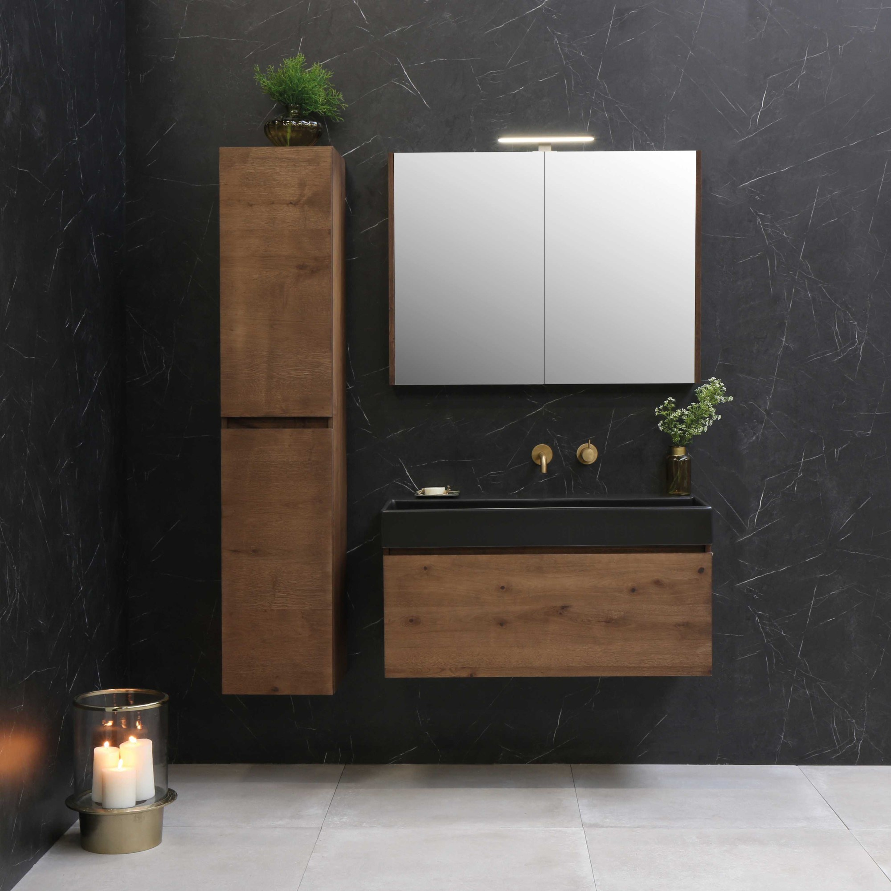 Modern badmeubel met hoge kast, spiegelkast en gouden inbouwkraan