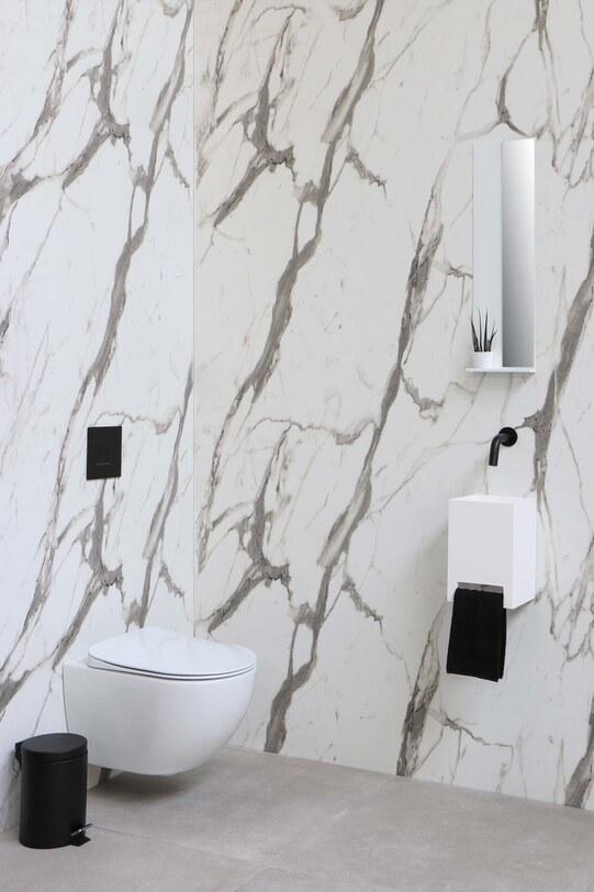 Toiletruimte met moderne fonteinset, zwarte kraan en marmerlook tegels