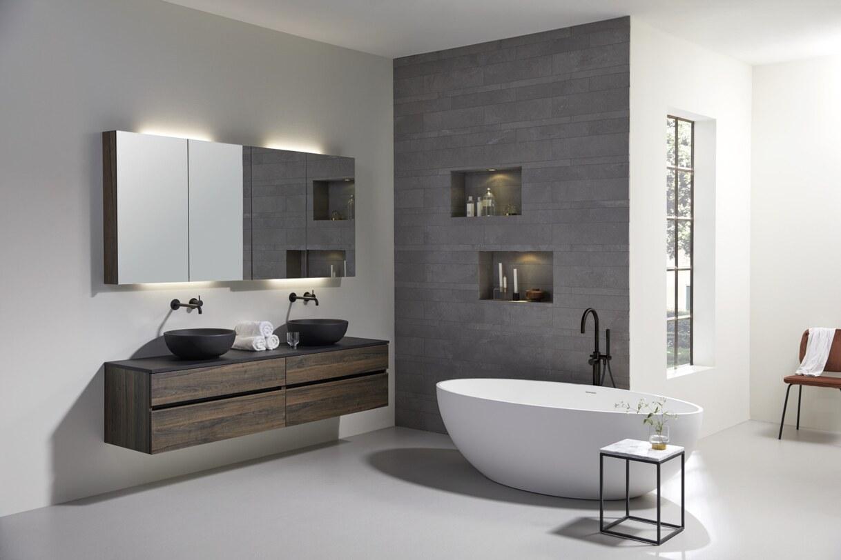 Luxe badkamer met spiegelkast, waskommen en vrijstaand bad
