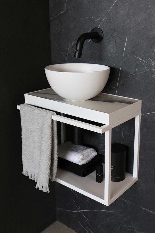 Fonteinset toilet met waskom en mat wit stalen frame met marmer
