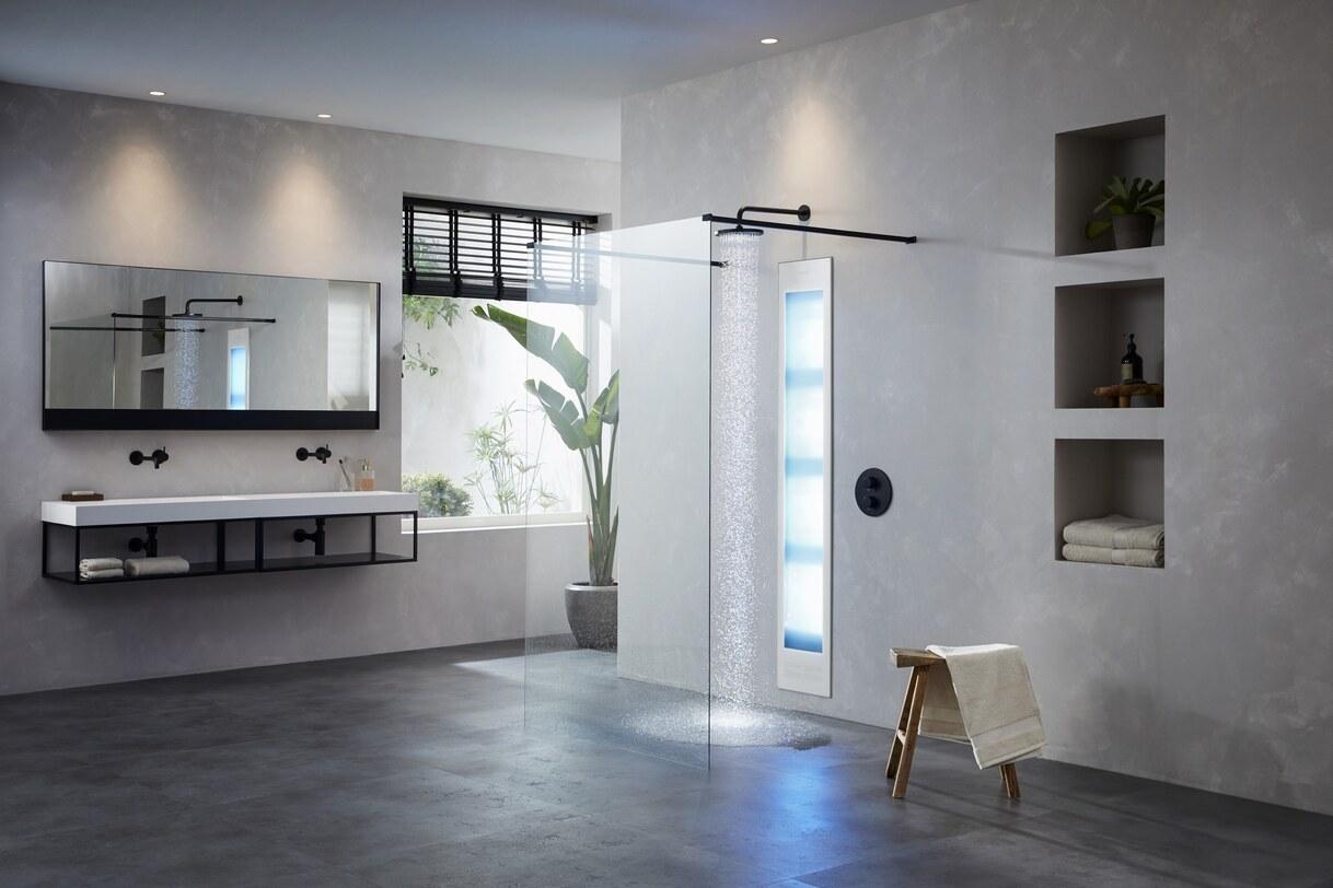 Luxe industriële badkamer met inloopdouche met sunshower