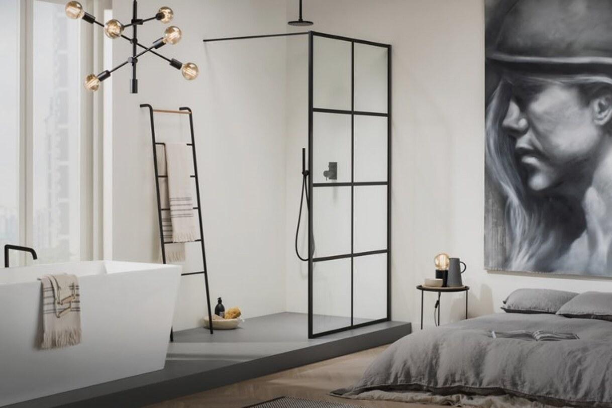 Luxe industriële inloopdouche met mat zwart kader en wit bad