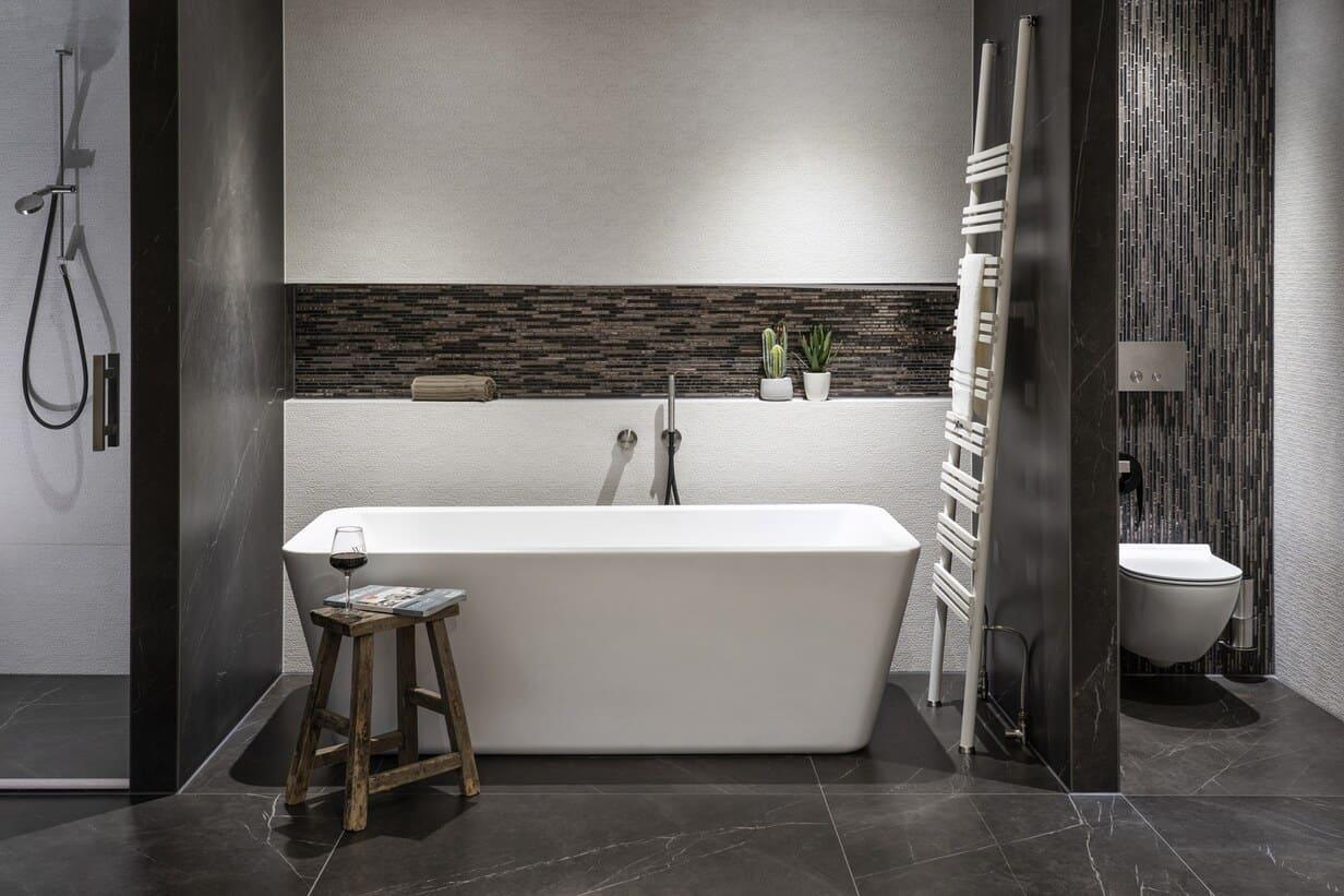 Luxe moderne badkamer met marmerlook en mozaïek accenttegels