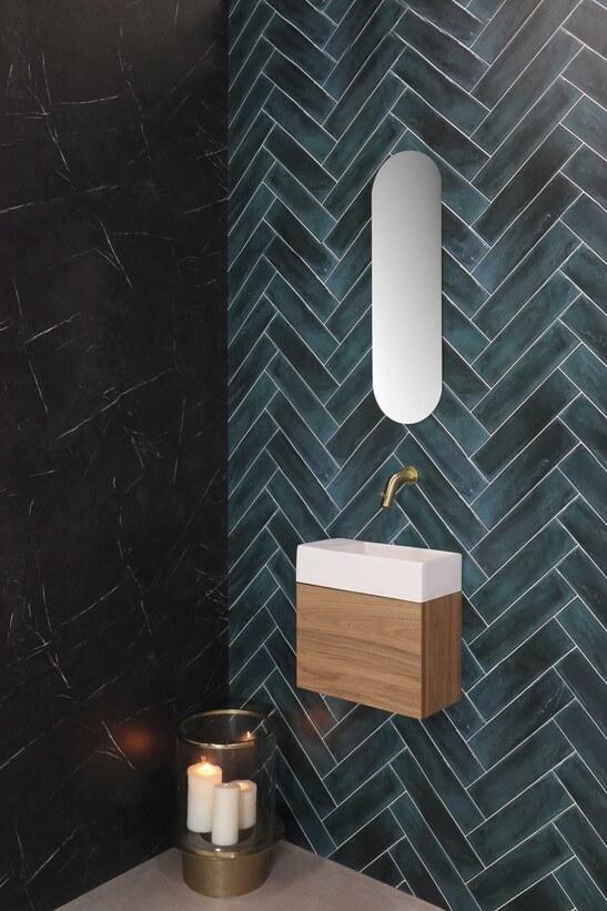 Moderne houtlook fonteinset in toiletruimte met visgraat wandtegels