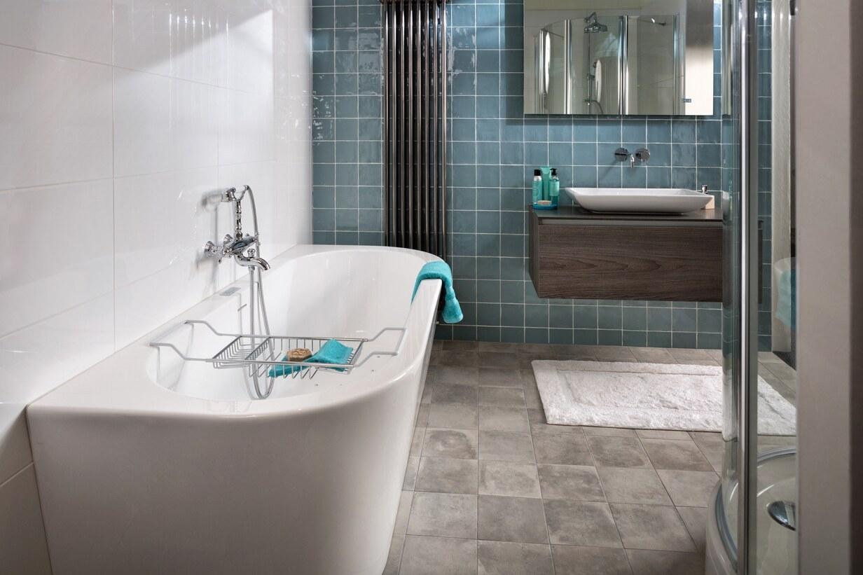 Klassiek moderne complete badkamer met bad