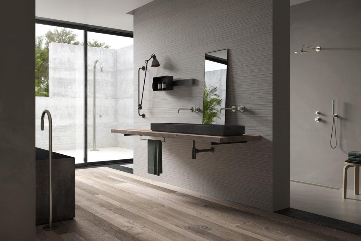 Strakke Italiaanse badkamer met houtlook tegelvloer