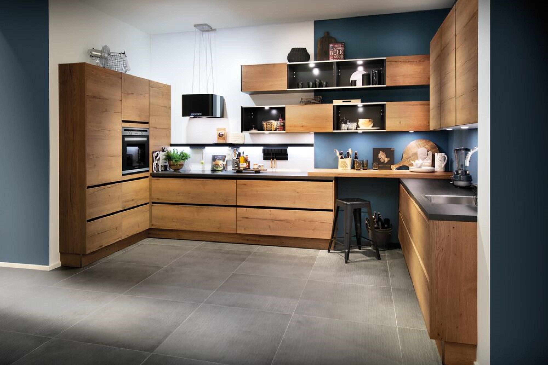 Stoere moderne houtlook keuken met schappen