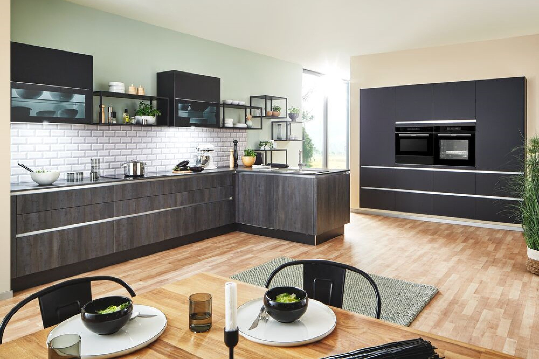 Donkere houten keuken met mat zwarte hoge kastenwand