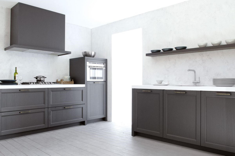 Modern landelijke zwarte houtlook keuken met wit blad