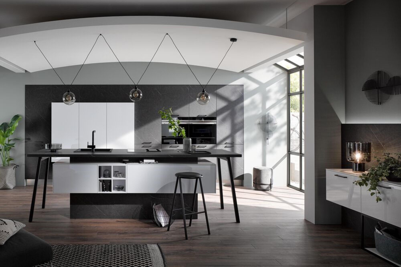 Luxe design keuken in hoogglans wit met zwart marmer