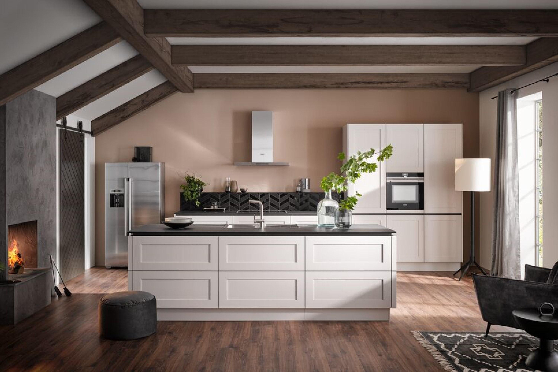 Sfeervolle landelijk moderne witte keuken met eiland