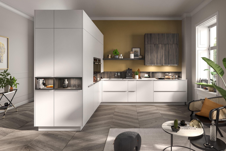Mat witte moderne keuken met houtlook accenten