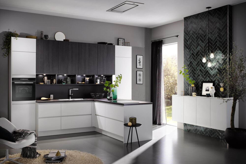 Luxe moderne keuken in mat wit met donker hout