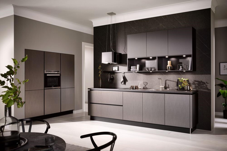 Keuken met hoge kastenwand in grijs
