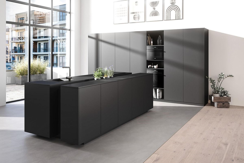 Luxe mat zwarte design keuken met eiland