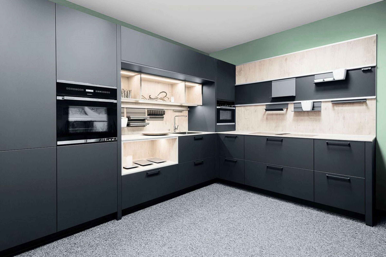 Moderne zwarte keuken met houtlook accenten