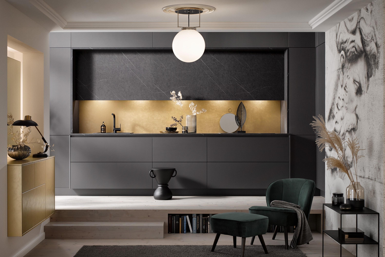 Moderne mat zwarte keuken met marmerlook en gouden accenten