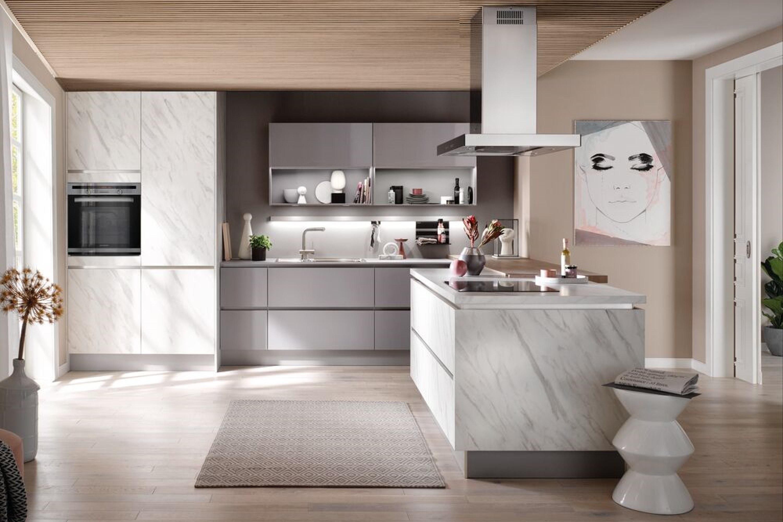 Luxe moderne keuken met eiland in grijs met marmer
