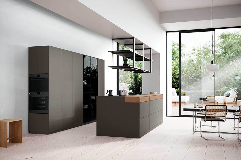 Groene design keuken met houten en glazen accenten