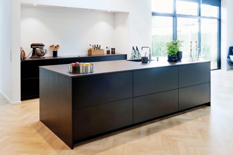 Moderne zwarte houten keuken met zwart blad