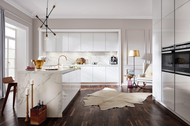 Witte hoogglans keuken met marmer accenten